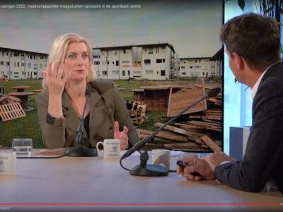 'Talkshow Gemeenteraadsverkiezingen 2022: Maatschappelijke vraagstukken oplossen in de openbare ruimte. (Nieuwspoort 29-04-2021 Links interviewster Annemieke Schakelaar, rechts Wouter Veldhuis)